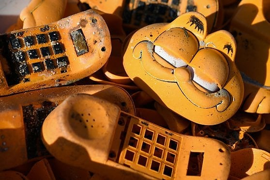 Perché questi telefoni di Garfield continuano ad arrivare sulle spiagge della Bretagna