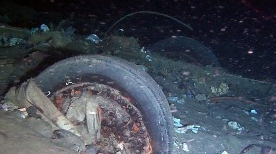 L'auto che ha percorso due chilometri sotto al mare. Lo Stretto di Messina è ormai una discarica