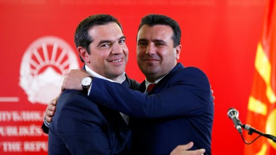 Tsipras in Macedonia del nord. La storica visita immortalata dal selfie col premier macedone