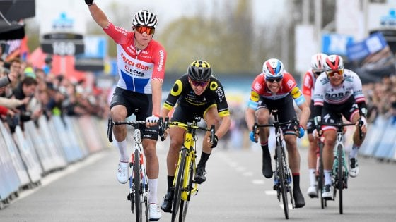 Ciclismo, Attraverso il Fiandre: vince van der Poel