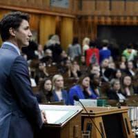 Canada, Justin Trudeau boicottato in Parlamento: le donne gli voltano le spalle