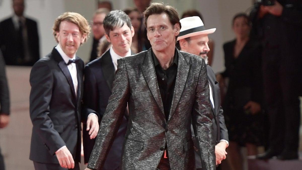 """Jim Carrey replica ad Alessandra Mussolini: """"Capovolga il disegno"""""""