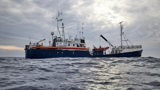 Migranti nave Alan Kurdi al largo di Malta