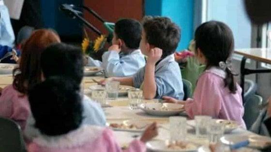 """Verona, genitori poveri non pagano la mensa e alla bimba danno solo tonno e cracker. Candreva: """"Pago io"""""""