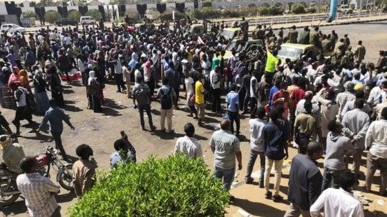 Sudan, le proteste non si fermano, I militari proteggono i manifestanti