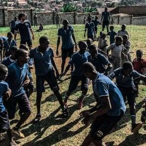 Uganda, la scuola di calcio nelle baraccopoli di Kampala con Tommasi e Perrotta