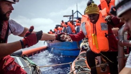 Migranti, dopo 15 ore in mare e 8 vittime il barcone in difficoltà riportato in Libia