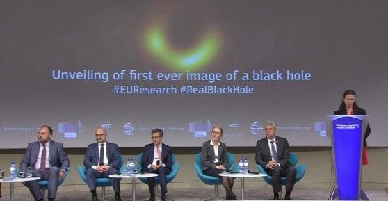 """Ecco la prima immagine di un buco nero. """"Einstein aveva ragione"""""""