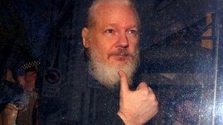"""Assange: da eroe a """"sicario digitale"""", così si è consumato il divorzio con la sinistra americana"""