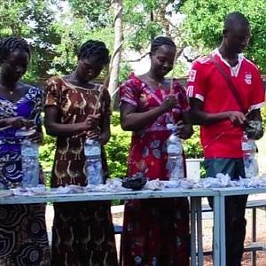 Mattoni di bottiglie di plastica: in Burkina Faso ecologia, edilizia e solidarietà insieme nel progetto AidBricks