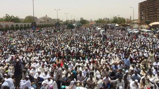 """Sudan, l'esercito: """"Bashir non sarà estradato"""". L'opposizione: """"No al governo dei militari"""""""