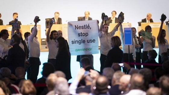 """""""Stop alla plastica monouso"""", blitz di Greenpeace all'assemblea Nestlè"""