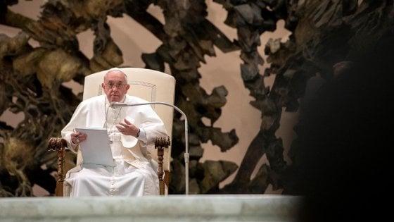 """Il Papa agli studenti: """"Liberatevi dalla dipendenza del telefonino, è droga. E combattete il bullismo"""""""