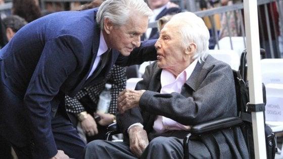 A 102 anni Kirk Douglas va in campeggio, nel giardino del nipote