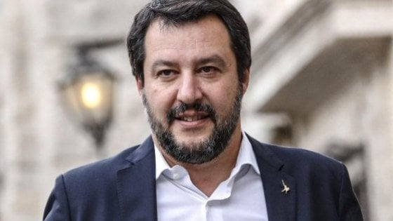 """Sicurezza, l'annuncio di Salvini: """"A giugno le forze dell'ordine avranno la pistola elettrica"""""""