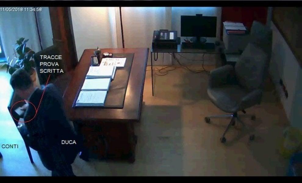 """Perugia, arresti sanità, le immagini: """"Così si scambiavano le soluzioni delle prove d'esame"""""""