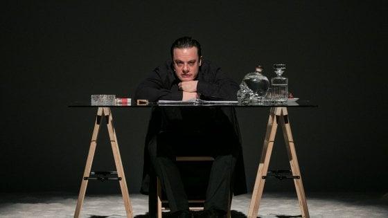 Lino Musella in scena è Jan Fabre, artista odioso, ambiguo e un po' folle