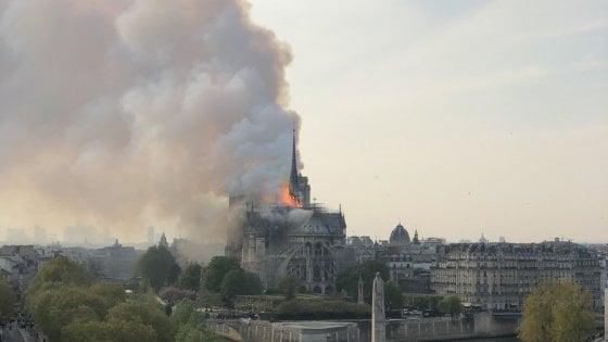 La cattedrale di Notre Dame in fiamme
