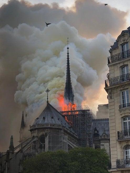 D And D Auto >> Incendio a Notre Dame, le immagini: fiamme e fumo ...