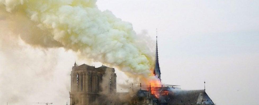 Incendio a Notre Dame a Parigi, fiamme e fumo nella cattedrale: crolla la guglia