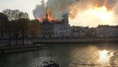 Le fiamme avvolgono impalcatura dei restauri
