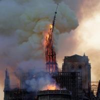 Incendio a Notre Dame, le immagini: fiamme e fumo avvolgono la cattedrale