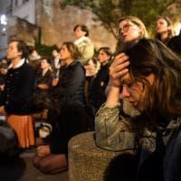 Disperazione e lacrime davanti alle fiamme di Notre Dame
