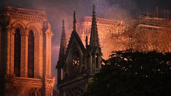 Dagli Usa all'Italia, il grido di dolore per Notre Dame che brucia. E sui social il simbolo del rogo diventa un disegno