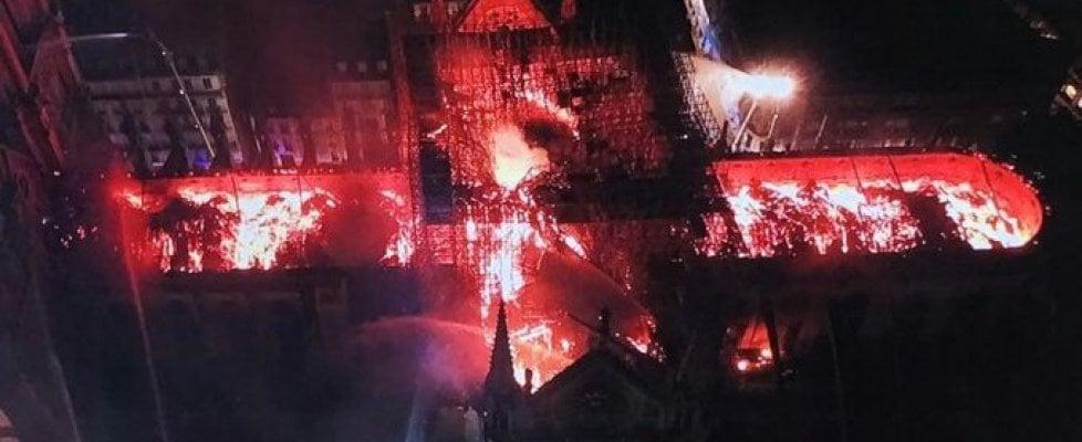 A fuoco la cattedrale di Notre Dame a Parigi, crollano la guglia e il tetto. La struttura è salva. Macron: