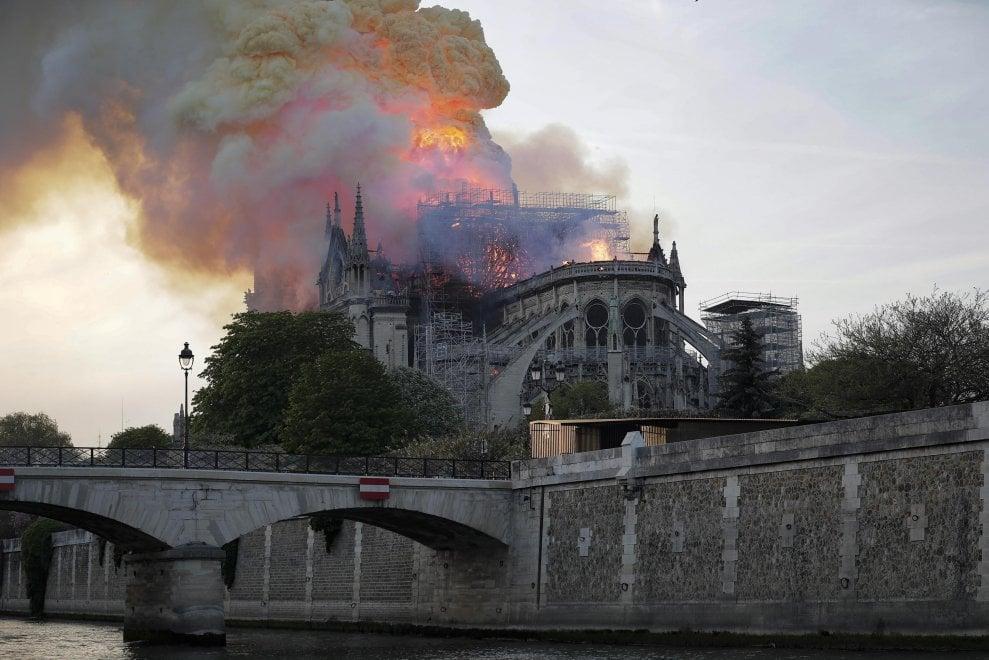 Notre Dame brucia in 100 immagini: dal crollo della guglia al tetto completamente distrutto