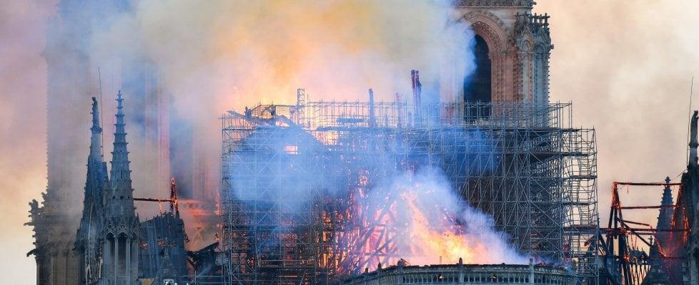 """Notre-Dame, la procura segue la pista dell'incidente: """"Nessuna prova di atto doloso"""". I magnati Arnault e i Pinault donano 300 milioni"""
