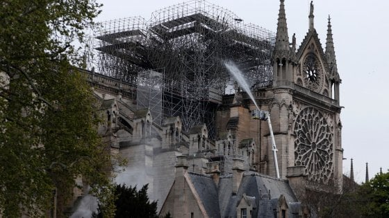 """Notre-Dame, i vigili del fuoco: """"Scaricare acqua dai Canadair rischio enorme: potrebbe crollare tutto"""""""