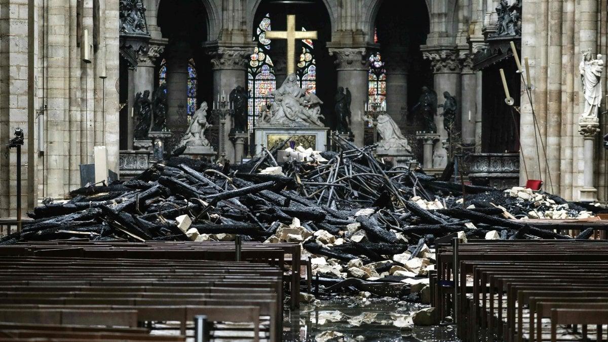 La procura esclude un atto doloso a Notre-Dame. Macron promette la ricostruzione in cinque anni. Donati oltre 600 milioni