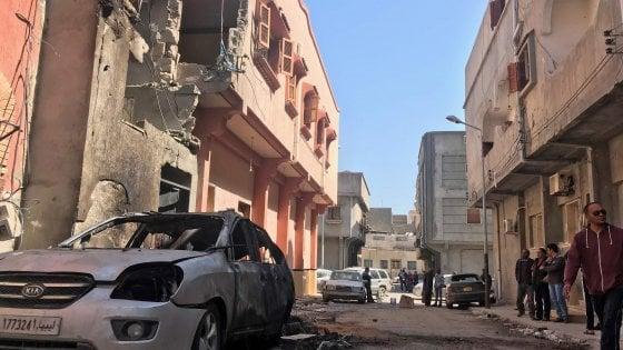 """Libia, Haftar bombarda Tripoli: 4 morti e 23 feriti. Le forze di Serraj: """"L'ordine è di arrivare a Bengasi"""""""