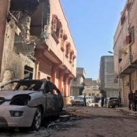 """Libia, Haftar bombarda Tripoli: 4 morti e 23 feriti. Le forze di Serraj: """"L'ordine è di..."""