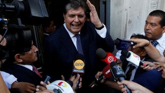 Perù, morto l'ex presidente Garcia. Si è sparato mentre la polizia lo arrestava