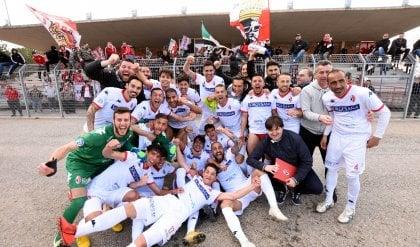 Bari festeggia il ritorno tra i prof  Promosso in C anche il Picerno