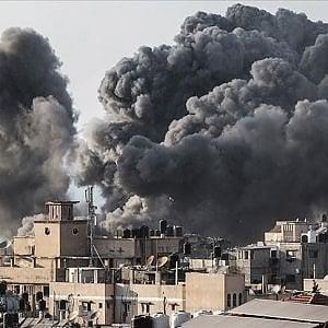 Libia, Tripoli: migliaia di libici in fuga, 3.000 migranti bloccati in zone a rischio, senza cibo e medicinali