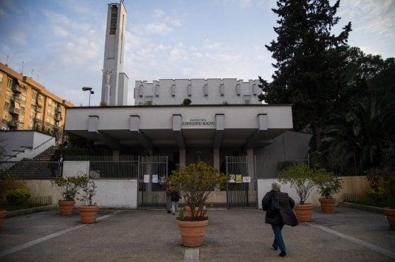 Roma, presidiano la chiesa e il parroco cede: niente più pacco viveri per i rom