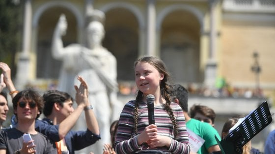 """Greta Thunberg tra i ragazzi in piazza del Popolo: """"Promesse non rispettate, la nostra lotta durerà anni"""""""