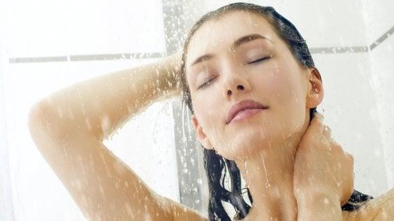 Doccia o bagno? Il metodo per 'salvare la pelle' senza sbagliare