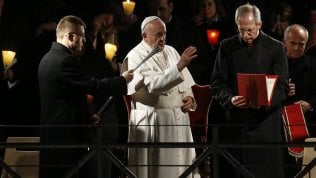"""Via Crucis, il Papa prega per migranti, prostitute e bambini violati: """"Porte chiuse per paura e calcoli politici"""" foto"""