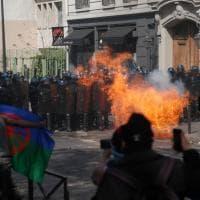 Gilet gialli, scontri a Parigi: scooter in fiamme e 189 fermi