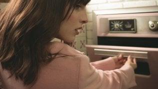 Nasconde 40mila euro nel forno ma la fidanzata non se ne accorge e inforna lo strudel: tutti bruciati