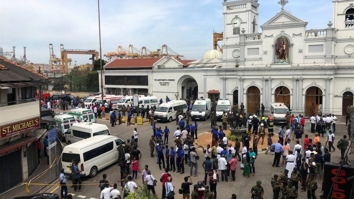 """Sri Lanka, otto esplosioni in chiese e hotel. La polizia: """"Almeno 100 morti"""""""
