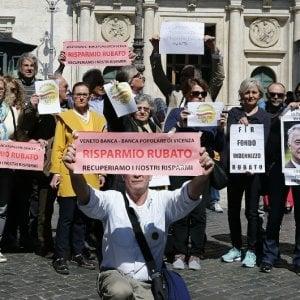 La protesta dei risparmiatori travolti dai crac bancari qualche giorno fa davanti a Montecitorio