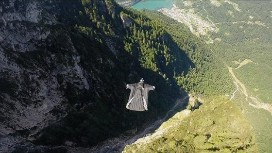 Trentino. Si schianta con il paracadute: base jumper norvegese muore nell'area del Brento