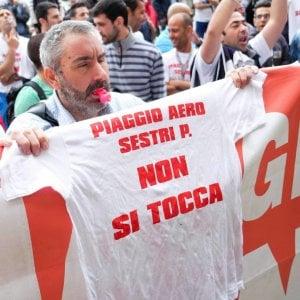 Una manifestazione di protesta dei lavoratori di Piaggio Aereo