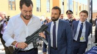 """Salvini, Pasqua social col mitra: """"Leghisti armati e dotati di elmetto"""""""