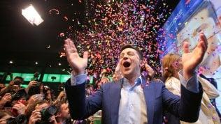 """Ucraina, il comico Zelenskij è presidente con oltre il 70%: """"Tutto è possibile"""" Livetweet"""